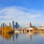 Frankfurt Skyline vom Main aus gesehen